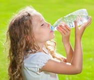 Acqua potabile del bambino Immagini Stock