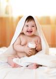 Acqua potabile del bambino adorabile del bambino dalla bottiglia Immagine Stock