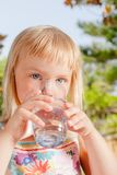 Acqua potabile del bambino all'aperto fotografie stock