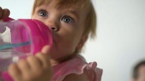 Acqua potabile del bambino sveglio in mani della madre preoccupantesi archivi video