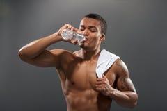 Acqua potabile del giovane sportivo di Africana dopo fotografia stock