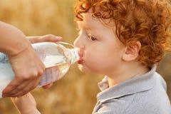 Acqua potabile del neonato Fotografie Stock