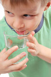 Acqua potabile del ragazzo Fotografie Stock Libere da Diritti
