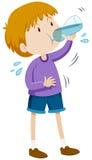 Acqua potabile del ragazzo dalla bottiglia Immagine Stock