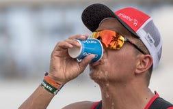 Acqua potabile del triathlete del corridore al Cozumel mezzo Ironman 2017 fotografia stock libera da diritti
