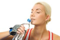 Acqua potabile dell'addestratore di forma fisica Fotografia Stock