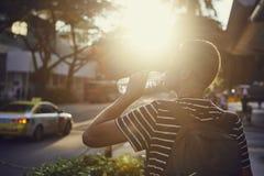 Acqua potabile dell'uomo al tramonto fotografie stock