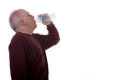Acqua potabile dell'uomo anziano Immagine Stock Libera da Diritti