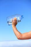 Acqua potabile dell'uomo assetato Fotografia Stock Libera da Diritti