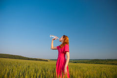 Acqua potabile della donna Immagini Stock Libere da Diritti