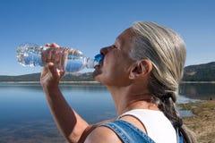 Acqua potabile della donna fotografia stock