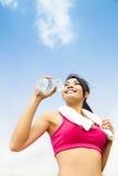 Acqua potabile della donna asiatica dopo l'esercizio di forma fisica Fotografia Stock Libera da Diritti