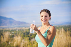 Acqua potabile della donna di forma fisica Fotografia Stock Libera da Diritti