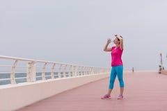 Acqua potabile della donna di forma fisica Fotografia Stock