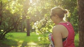 Acqua potabile della donna di peso eccessivo e correre di inizio stock footage