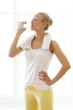 Acqua potabile della donna dopo l'allenamento di forma fisica Immagini Stock Libere da Diritti