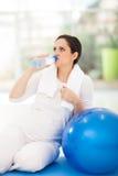 Acqua potabile della donna incinta Fotografie Stock Libere da Diritti