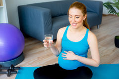 Acqua potabile della donna incinta Fotografie Stock