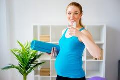 Acqua potabile della donna incinta Immagini Stock
