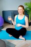 Acqua potabile della donna incinta Fotografia Stock