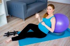 Acqua potabile della donna incinta Immagine Stock