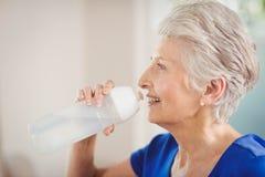 Acqua potabile della donna senior felice Fotografie Stock Libere da Diritti