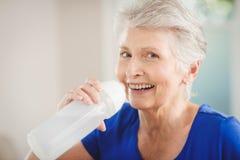 Acqua potabile della donna senior felice Immagini Stock Libere da Diritti