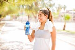 Acqua potabile della donna sportiva Immagini Stock Libere da Diritti