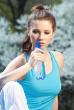 Acqua potabile della giovane donna Fotografie Stock