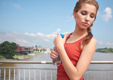 Acqua potabile della giovane donna Immagine Stock