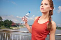 Acqua potabile della giovane donna Fotografia Stock Libera da Diritti