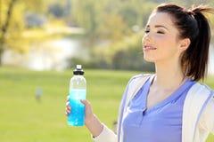 Acqua potabile della giovane donna Fotografia Stock