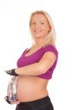 Acqua potabile della giovane donna dopo l'esercitazione di forma fisica Fotografia Stock Libera da Diritti