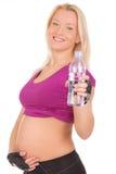 Acqua potabile della giovane donna dopo l'esercitazione di forma fisica Fotografia Stock
