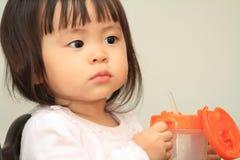Acqua potabile della neonata giapponese Fotografia Stock