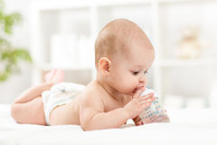 Acqua potabile della neonata graziosa dalla bottiglia Fotografia Stock Libera da Diritti