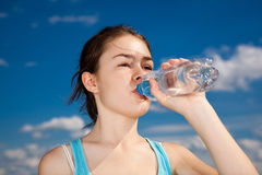 Acqua potabile della ragazza Fotografia Stock