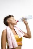 Acqua potabile della ragazza dopo la formazione fotografie stock libere da diritti