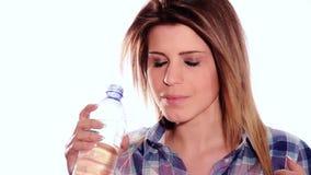 Acqua potabile della ragazza sveglia dalla bottiglia stock footage