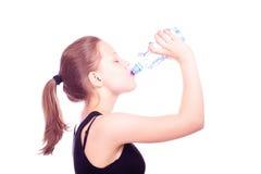 Acqua potabile della ragazza teenager dalla bottiglia fotografia stock