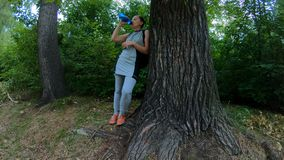 Acqua potabile di riposo e dell'atleta nel legno stock footage