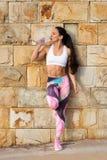 Acqua potabile di riposo e della donna muscolare di forma fisica Fotografie Stock Libere da Diritti