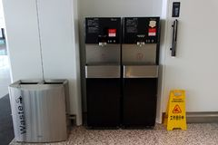 Acqua potabile di servizio pubblico in aeroporto immagini stock
