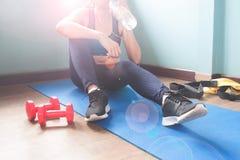 Acqua potabile femminile di forma fisica dopo l'allenamento, stile di vita sano Fotografie Stock Libere da Diritti