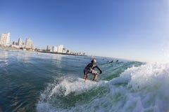 Acqua praticante il surfing del surfista Fotografie Stock