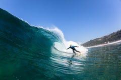 Acqua praticante il surfing di Wave di giro del surfista Fotografia Stock Libera da Diritti