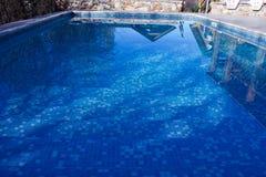 Acqua pulita, chiara, blu nello stagno sul territorio del cottage fotografie stock libere da diritti