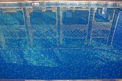 Acqua pulita, chiara, blu nello stagno sul territorio del cottage immagini stock libere da diritti