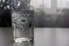 Acqua pulita in un vetro su un fondo leggero Immagine Stock Libera da Diritti
