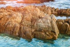 Acqua salata sconosciuta della pietra del mare in chiaro immagine stock libera da diritti
